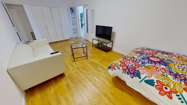 Chambre studio de 20m² avec 3 dressing, un canapé et une télévision