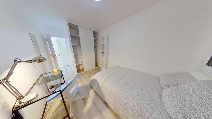 Belle chambre avec grand dressing mural entièrement meublée